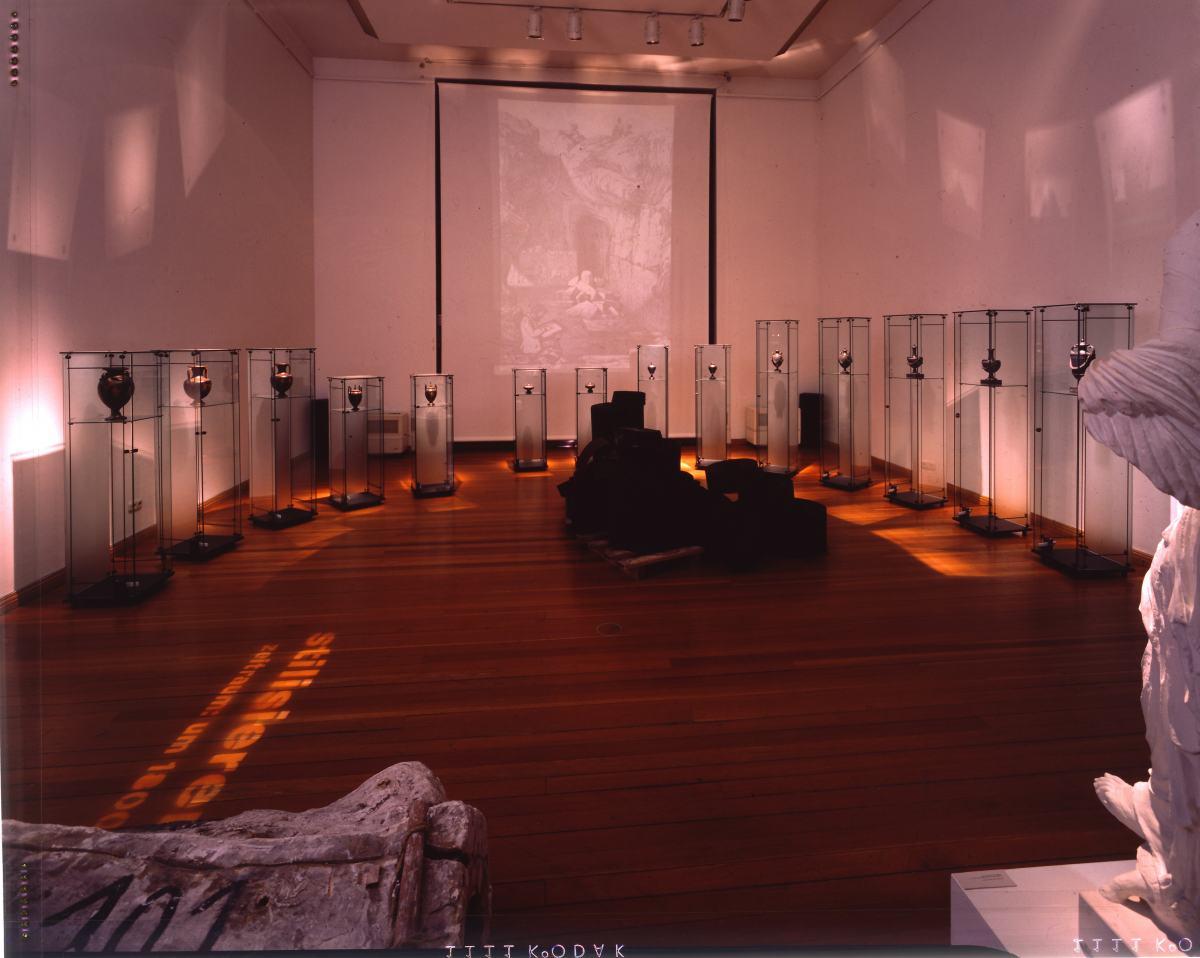 """Blick in die Sonderausstellung """"Ware Schönheit"""" im Werkbundarchiv - Museum der Dinge"""
