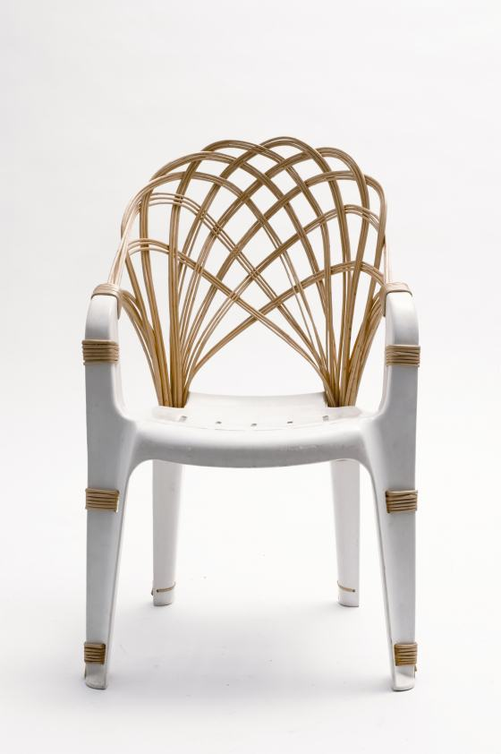 """Stuhl """"Same Same"""" von Laura Jungmann, gezeigt in der Sonderausstellung """"Transformationen"""" des Werkbundarchiv - Museum der Dinge"""