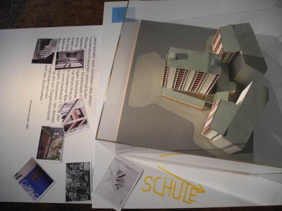Dokumentation des Education Projekts mit der Jens-Nydhal-Schule, rechts im Bild: Modell des Wohnhauses der Brüder Luckhardt