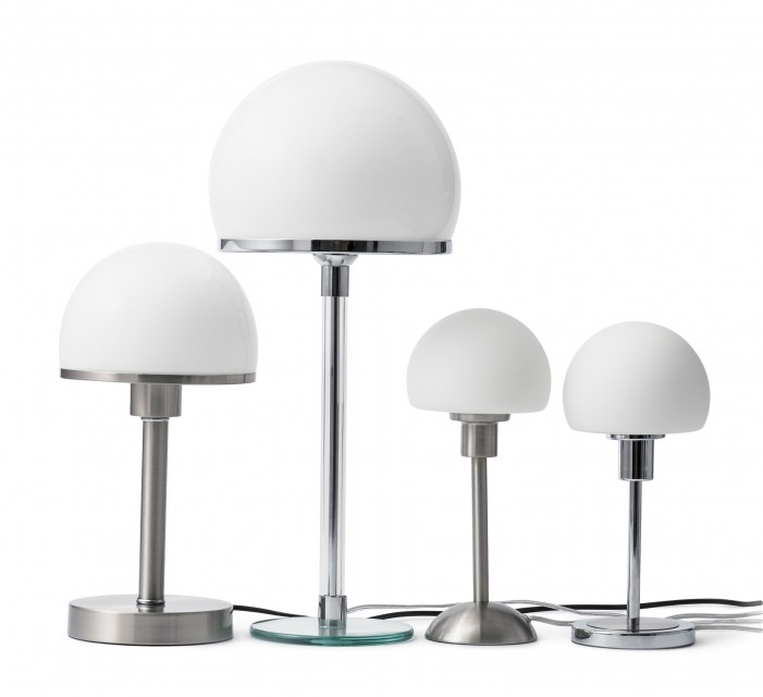 Sammlungsobjekte vier Tischleuchten, alle mit weißer Kuppel und silbernem Ständer