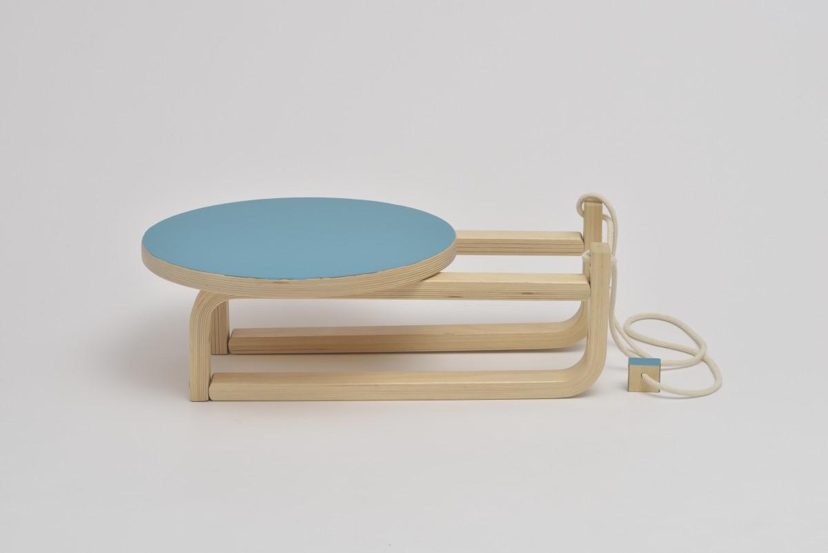 Schlitten aus hellem Holz mit runder hellblauer Sitzfläche