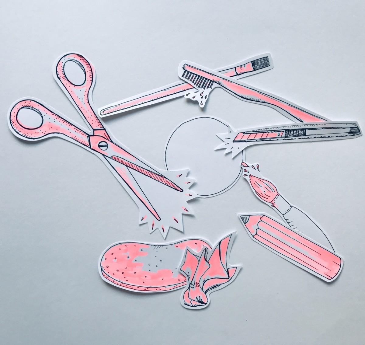Film-Still, mehrere Ausschnitte von rosa gefärbten Zeichnungen von Objekten auf Papier, darunter eine Schere und ein Stift